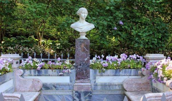Лава-памятник княгині Олександрі Миколаївні