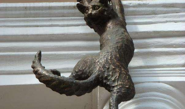 Скульптурна композиція Полювання на голубів