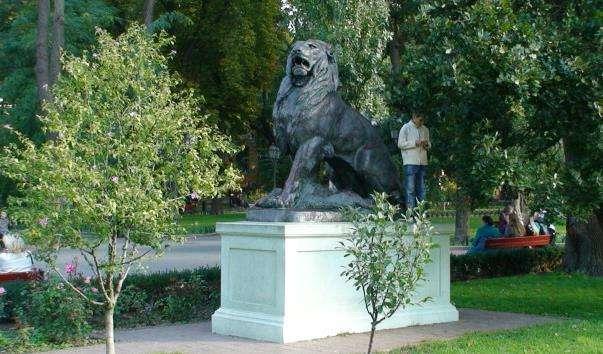 Скульптура Лев і левиця