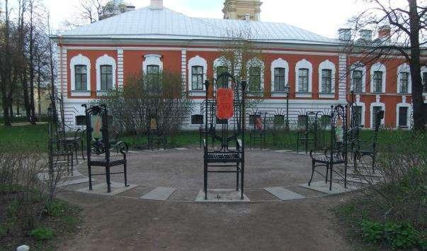 Скульптурна композиція 12 стільців