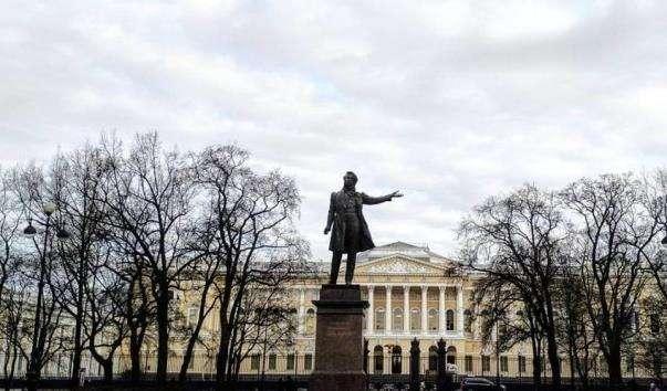 Площа Мистецтв у Санкт-Петербурзі