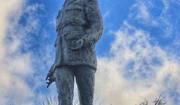 Памятник Шарлю де Голлю