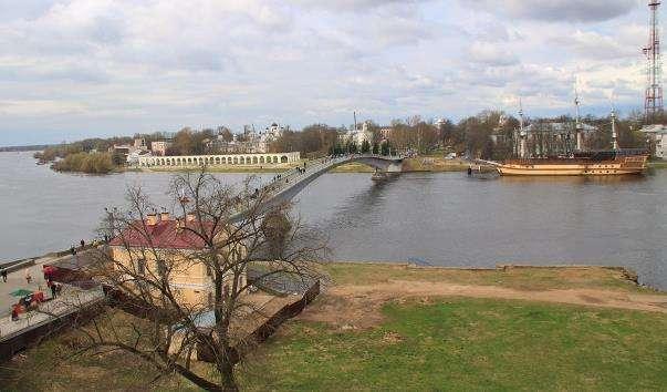 Пішохідний міст через річку Волхов