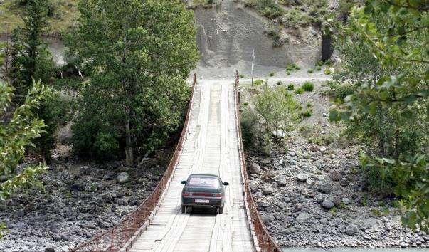 Ининский висячий міст через річку Катунь