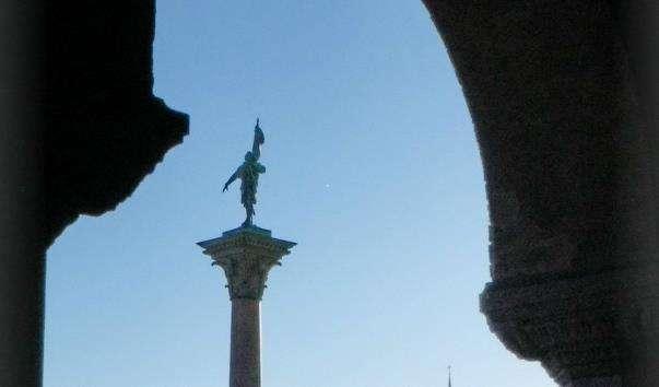 Монумент Энгельбректа біля ратуші