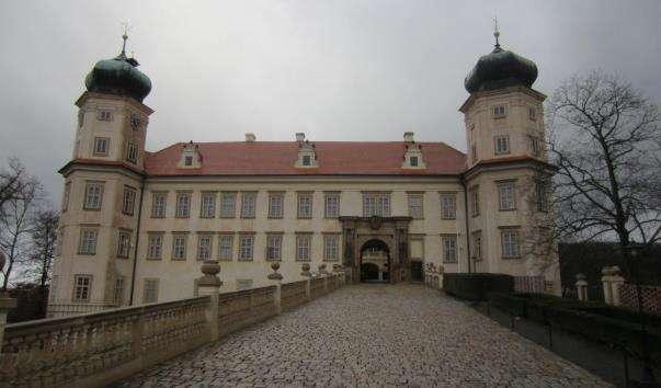 Замок Мнішек-під-Брди