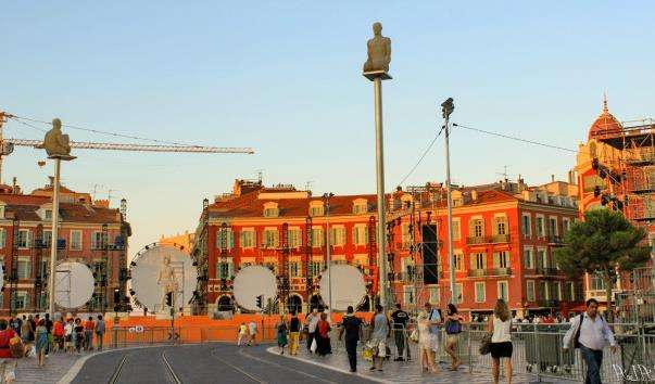 Світяться статуї на площі Массена