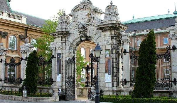 Орнаментальні ворота в Будапешті