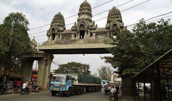Арка на кордоні між Таїландом і Камбоджею