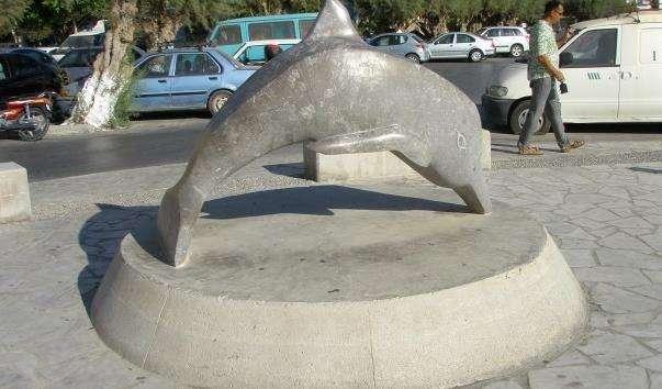 Дельфін на набережній Иерапетры