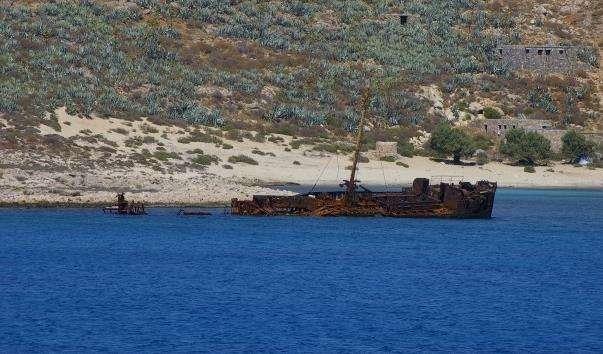 Напівзатоплений корабель біля острова Імері Грамвуса